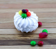 白色蛋白软糖和五颜六色的糖果 免版税图库摄影