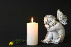 白色蜡烛、天使和花 免版税库存照片