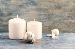 白色蜡烛和小圣诞节中看不中用的物品 圣诞节装饰装饰新家庭想法 背景圣诞节关闭红色时间 免版税库存照片
