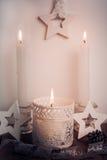 白色蜡烛和木头星圣诞节和新年装饰在葡萄酒样式 免版税库存图片