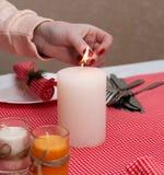 白色蜡烛在桌上站立 与L的欢乐构成 免版税图库摄影