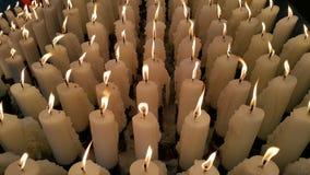 白色蜡烛点燃祈祷给上帝 免版税库存照片