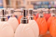 白色蜡candleDispenser瓷,白色,液体皂分配器 免版税库存图片