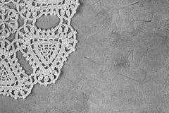 白色螺纹美丽的老餐巾刺绣手工制造在具体概略的背景 免版税库存图片
