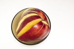 白色表面上的切好的红色苹果 免版税图库摄影