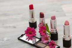 白色表面上的多彩多姿的唇膏 在轻的梳妆台上设置的化妆用品 库存图片