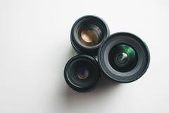 白色表面上的摄象机镜头 库存照片