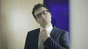 白色衬衣、夹克和玻璃的英俊的年轻人 股票视频