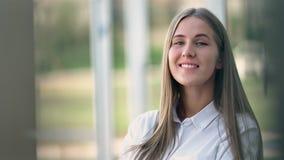 白色衬衣媒介关闭的画象微笑的可爱的年轻女实业家  影视素材