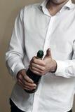 白色衬衣的一位侍者打开一个瓶香宾 库存照片
