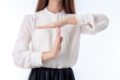 白色衬衣的女孩投入了他的手在另一个特写镜头顶部 库存图片