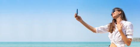 白色衬衫的妇女采取selfie 免版税图库摄影