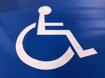 白色被绘的障碍停车处标志 免版税库存图片