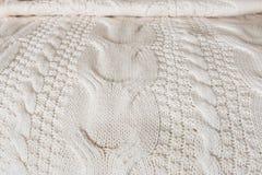 白色被编织的毯子盖床 库存图片