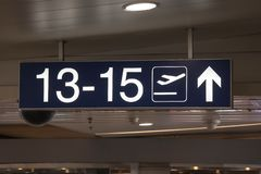 白色被阐明的标志在机场 库存图片