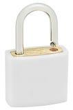 白色被隔绝的挂锁宏观特写镜头,大详细的垂直的演播室射击,明锁保护安全概念,金黄黄铜 免版税库存照片