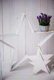 白色装饰木的星和背景白色墙壁 在一个金属桶的框架用淡紫色 库存照片