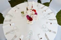 白色装饰的欢乐桌 图库摄影