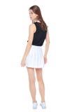 白色裙子摆在的年轻时尚女孩被隔绝 backarrow 免版税库存图片