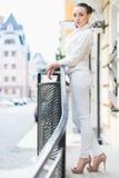 白色裤子和夹克的性感的妇女 免版税库存图片