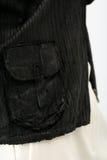 白色裤子和黑皮夹克的少妇 免版税图库摄影