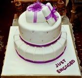 白色订婚蛋糕 库存图片