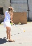 白色训练floorball的女孩 免版税库存图片
