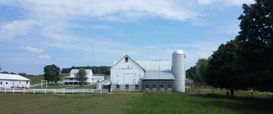 白色谷仓和房子 免版税图库摄影