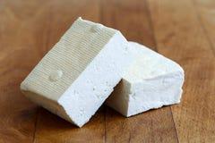 白色豆腐两个块在木砧板的 免版税图库摄影