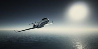 白色豪华普通设计私人喷气式飞机飞行照片在天空的在日出 蓝色海洋和太阳背景 事务 库存照片