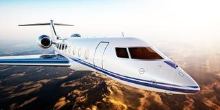 白色豪华普通设计私人喷气式飞机飞行现实照片在蓝天的在日落 无人居住的沙漠山 免版税图库摄影
