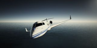 白色豪华普通设计私人喷气式飞机飞行的图象在天空的在日出 蓝色海洋背景 秋天企业森林旅行妇女年轻人 图库摄影