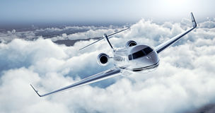 白色豪华普通飞行在地球的设计私人喷气式飞机的现实图象 与白色云彩的空的蓝天在 图库摄影
