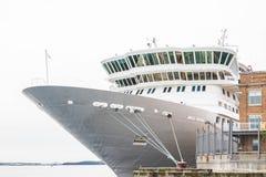 白色豪华游轮弓和桥梁在码头的 库存照片