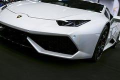 白色豪华sportcar Lamborghini Huracan LP 610-4的正面图 汽车外部细节 在皇家车展拍的照片7月21日 库存照片