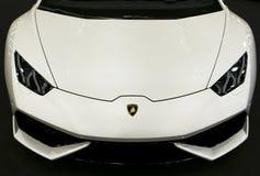白色豪华sportcar Lamborghini Huracan LP 610-4的正面图 汽车外部细节 免版税图库摄影