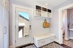 白色走廊内部 有挂衣架的存贮内阁 库存图片