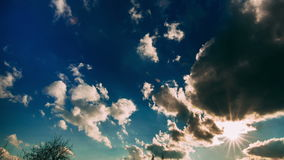 白色跑在蓝天的云彩和太阳 股票视频