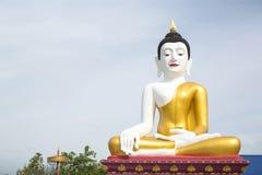 白色身体和金黄菩萨雕象在泰国的圣khampaeng chiangmai寺庙公开地点 库存照片