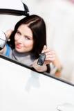 白色车展汽车钥匙的女孩 库存图片