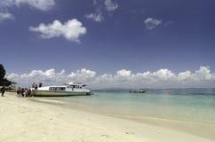白色轮渡停住的和回来到大陆的等待的游人 免版税库存图片