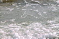 白色软的在空的热带沙滩的波浪滚动的飞溅在好日子 库存图片