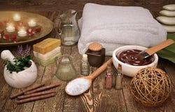 白色软的温泉毛巾和温泉产品与柳条球 库存照片