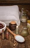 白色软的温泉毛巾和温泉产品与seasalt 库存照片