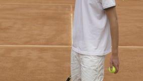 白色运动服弹跳球的人与在法院,特写镜头的网球拍 影视素材