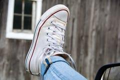 白色运动鞋车窗外 库存照片