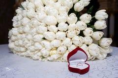 白色郁金香和圆环豪华花束他的未婚妻的 图库摄影