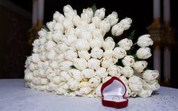 白色郁金香和圆环豪华花束他的未婚妻的 库存图片