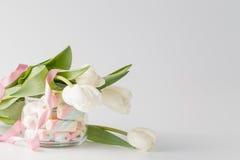 白色郁金香和蛋白软糖 免版税图库摄影