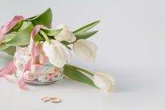 白色郁金香和蛋白软糖 库存照片